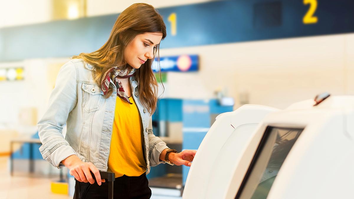 Mulher usando máquina em aeroporto
