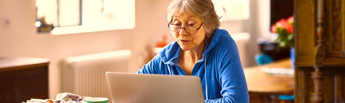 Imagem de uma uma mulher usando um computador