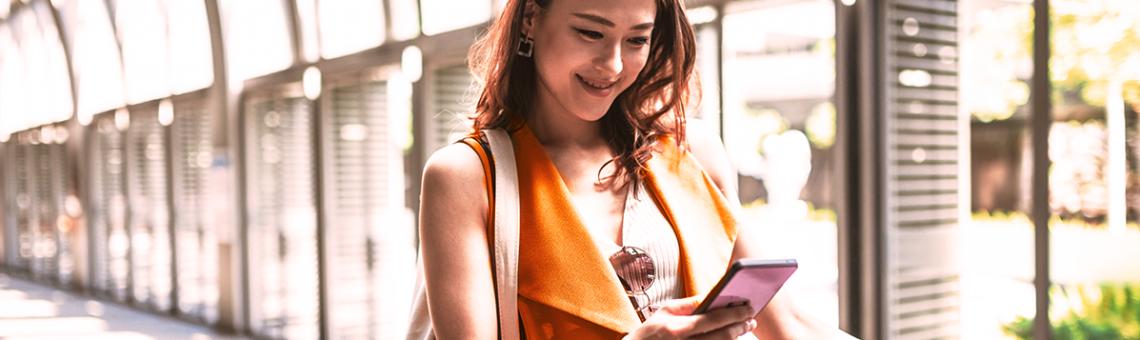 Mulher fazendo check-in no celular