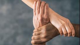 Imagem de três mãos dadas.