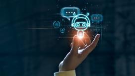 Imagem de uma mão segurando um tipo de holograma de um robo pequeno que faz referencia a inteligência artificial