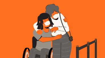 Ilustração com fundo laranja de duas mulheres se abraçando, uma delas em com uma blusa e mascara branca e a outra em uma ceira de rodas com uma blusa cinza e mascara branca.