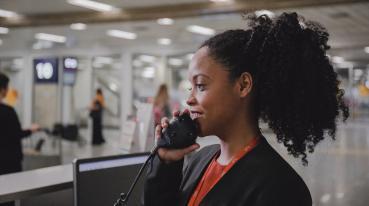 Empleado de GOL hablando por teléfono