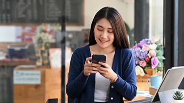 Jovem mulher realizando check-in pelo celular
